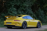"""大型の固定式リアスポイラーを備えた、""""好戦的""""な「911 GT3」のリアビュー。リアアクスルのトレッドは「911カレラ」より44mm広い。"""