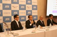 二輪車市場の状況を説明する柳 弘之委員長(左から2人目)。