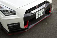 2017年モデルの「GT-R NISMO」のフロントビュー。エンジンの冷却性を高めるため、カーボン製フロントバンパーの形状が変更された。