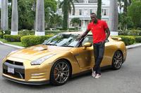 ウサイン・ボルト選手とゴールドの「日産GT-R」