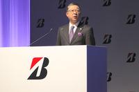 「プレイズPX」シリーズの商品説明をするブリヂストンの執行役員、真鍋利明氏。ブリヂストンタイヤジャパンの代表取締役社長も兼任する。