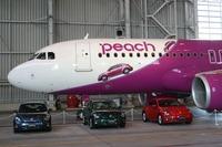 航空機の機体の前半には、「ザ・ビートル」のサイドビューのラッピングが施されている。