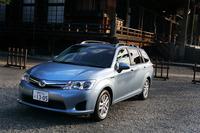 外観における「カローラ ハイブリッド」とガソリン車との違いは控えめで、専用のフロントグリルやエンブレム程度。