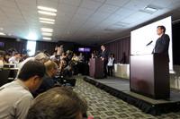 横浜で実施された記者会見の様子。