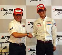 二輪の代表として登壇したのは、写真左の秋吉耕祐選手。今季は全日本ロードレース選手権にエントリー。鈴鹿8時間耐久レースでは、去年に続いて優勝を狙う。「8耐優勝の決め手になったのは、まずブリヂストンのグリップ力。安心して走行できる点も魅力ですね」。