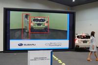 改良されたステレオカメラの映像。「スバルXV」のテールランプについた赤い「×」マークに注目。システムが前方の車両、歩行者とともに、テールランプの点灯を認識していることが分かる。