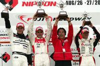 左から、2位ロッテラー、1位トレルイエ、優勝チームmobilecast IMPULの星野一義監督、そして3位本山。