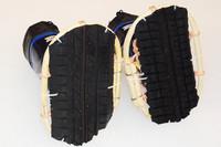 タイヤのトレッドゴムを貼り付けた特製かんじき。向かって右側がスタッドレス、左が夏タイヤ。