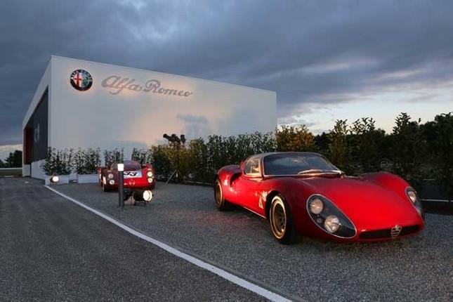 「4C」のエクステリアデザインのモチーフとされた「ティーポ33ストラダーレ」(右)。写真の左後方に見えるレーシングカー「ティーポ33」の公道バージョンで、1967年から18台が生産された。2リッターのV8エンジンをキャビンの後方に搭載する。