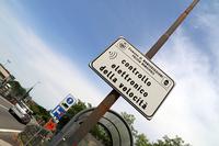 小さな村に入る前に掲げられた「自動取り締まり機あり」の標識。
