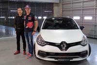 「ルノー・ルーテシアR.S.トロフィー」と、F1ドライバーのマックス・フェルスタッペン選手(写真右)、ルノー・ジャポンの大極 司代表取締役社長(同左)。