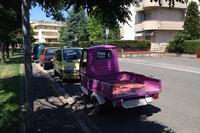 【写真2】フィレンツェ県のとある住宅街にて。夏のある日、日陰でたたずむ「アペ50」。ノンオリジナルのカラーは、オーナーの好みによるものであろう。