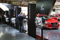 ブース内には2種類のガソリン車をはじめ、ディーゼル車、ハイブリッド車、CNG車……と、さまざまなパワーユニットが搭載された「アクセラ」が展示されていた。