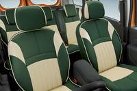 さわやかな香りが特徴のハーブ「ヴァーベナ」をイメージしたグリーンのシートカバーを装着する。