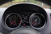 メーターは2眼式。中央部の液晶モニターには、燃費や走行距離といった情報に加え、ACT(アクティブシリンダーマネジメント)などの作動状況も表示される。