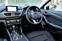 """インパネやセンターコンソールのデザインが大胆に変更された。運転席はより""""ドライバーオリエンテッド""""に、助手席はより開放的な造形に改められた(写真は「XDプロアクティブ」)。"""