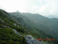 木曽駒ケ岳は全山が花崗岩から成っている。岩塊はその大きさに関係なく移動をしなくなっており、だからこの斜面では大きな岩の周囲が植物で覆われている。