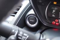 メーターの脇に備わる「SPORTモード」の選択スイッチ。走行モードが切り替わるほか、メーターの照明が赤くなり、燃費計に代わってターボチャージャーのブースト計が表示される。