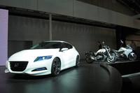 ハイブリッドスポーツの「CR-Zコンセプト2009」(写真左)は、来年の市販化が予定されている。