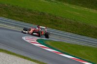 """予選で今季ベストタイの4位に入ったフェルナンド・アロンソのフェラーリ。レースではオープニングラップで早くもハミルトンに抜かれ、結果的にこの時の順位、5位のままゴールを迎えた。1位から4位まで占めた""""メルセデス・ユニット""""勢に、スクーデリアは歯が立たないでいる。(Photo=Ferrari)"""