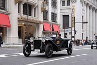 中央通りをさっそうと走る小林彰太郎氏の1924年「ランチア・ラムダ」。世界で初めてモノコックボディを採用するなど進歩的な設計で、自動車史上において重要なモデルだ。まるでタイムスリップしたような光景に、三越本店前で見守るライオンもびっくり?