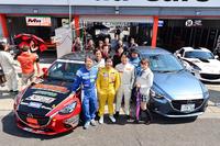 ノガミプロジェクト(Team NOPRO)のドライバーとスタッフ。写真中央の左から野上敏彦代表(青いレーシングスーツ)、谷川達也選手、野上達也選手(黄色いスーツ)、そして筆者(白いスーツ)。