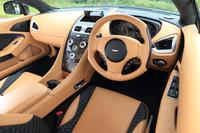 レザーをふんだんに用いたインテリアの色は豊富にそろっており、オーナーの好みを反映させることができる。試乗車の色は「サハラ」。縦に長いユニークな形状の「One-77」スタイル・ステアリングホイールが装着されている。