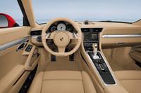 PDK車には、右ハンドル仕様も設定される。