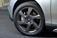 「Larenta」と名付けられた、ダークグレーの専用アルミホイール。タイヤは、ブリヂストンの「トランザT001」が組み合わされる。