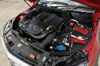 名称の異なる「C200」と「C250」の心臓は、ともに1.8リッターの直4ターボ。エンジンマネジメントを変えることで、後者は前者より出力で約10%、トルクで約15%のアドバンテージを得ている。