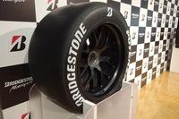 会場にはSUPER GTなどで使用されるポテンザのレーシングタイヤも展示された。