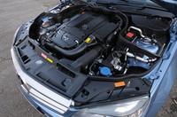 従来の2.5リッターV6と同等の出力を発生する1.8リッターターボユニット。C250 CGIでは、トルクが26%向上し、燃費は20%低減した。
