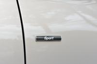 「BMW 220iクーペ」には、ベーシックな「スポーツ」と、スポーティーな仕立ての内外装やサスペンションなどが与えられた「Mスポーツ」の2種類が用意される。写真は、前者スポーツのフェンダー部分に配されるエンブレム。