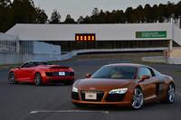 V8モデルのクーペ(写真手前)と、V10モデルのみとなるスパイダー。マイナーチェンジ後の「アウディR8」は、2013年3月に日本上陸。国内における年間の目標販売台数は、100台となっている。