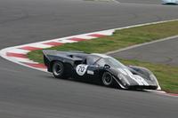 タイトルスポンサーを務めた高級時計ブランド「リシャール・ミル」代表のリシャール・ミル氏とレーシングドライバーの中野信治選手のペアが走らせた1969年「ローラT70MkIIIB」。クラス3でクラス優勝を果たした。
