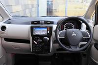 上質感を表現した「eKワゴン」のインパネ。インパネ中央のオートエアコンの操作部に静電式のタッチスイッチを採用した(Eグレードを除く)。