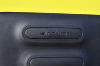 ボディーの側面に貼られた「エアバンプ」。ポリウレタン製で空気を内包している。