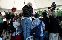 地元ということもあり、当然のことながらフレンチチームは注目の的。ジャコバン広場での取材もこのとおり。