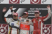 チャンピオンに王手をかけたウィナーのルイス・ハミルトン(中央)。デビューイヤーに4勝という記録は、1997年にジャック・ヴィルヌーヴが打ち立てたレコードと同じ。つまり塗り替える可能性がある。 2位ヘイキ・コバライネン(左)は初表彰台、3位キミ・ライコネン(右)は、首の皮一枚でタイトル争いに残っている。(写真=Ferrari)