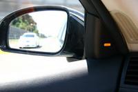 追走車が斜め後方に来ると、ドアミラーの根本のあたりに備わるランプが点灯する。ここまでの技術は他メーカーも採用例があるが、日産自動車のサイド コリジョン プリベンションは、これにVDCを連動させたところが新しい。