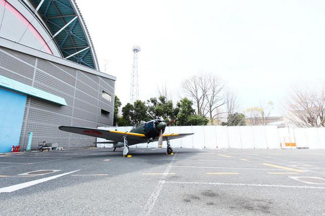 所沢航空発祥記念館にて。米国プレーンズ・オブ・フェイム航空博物館(POF)所有の機体。ゼロ戦の後期型にあたる「五二型」。各型のなかで、最も多く生産された型だ。