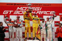 GT500クラスの表彰式。R・クインタレッリ/横溝直輝組のGT-Rは初勝利。2位NSX、3位SCと、前戦に続いて3メーカーが表彰台を分け合う形に。