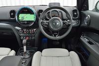 新型「MINIクロスオーバー」の運転席まわり。ダッシュボード中央のインフォテインメントシステムは、新たにタッチスクリーン式となった。