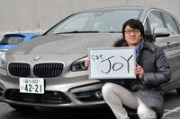 今回お話をうかがった、BMWジャパン広報室の星川 聡さん。ホワイトボードにはBMWブランドの標語「JOY IS BMW」にあやかって、「JOY」の3文字をいただきました。