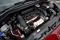 1.6リッター直4ターボエンジンは270psと33.7kgmを発生。「RCZ」(200ps仕様)と比較して35%のパワーアップを果たしている。