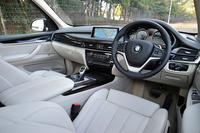 インテリアは、他のBMW車と同じく、複数の面を重ねる「レイヤリング」という手法でデザインされている。照明の色を3色から選択できるアンビエントライトなどを装備。