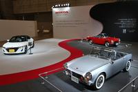 ホンダのテーマは「マイクロスポーツ」。1962年の東京モーターショーに出展されたが、市販化されることなく幻の軽スポーツとなった「スポーツ360」(写真右手前、レプリカ)、64年「S600」(右奥)、そして最新の「S660」(左)の3台を展示。