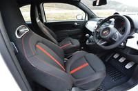 「アバルト500」のインテリア。2013年1月より、日本仕様車のシート地はレザーからファブリックに変更された。あわせて、車両本体価格も引き下げられている。
