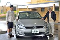新型「ゴルフ」を囲んで。自動車テクノロジーライターの松本英雄氏(写真左)と、自動車評論家 徳大寺有恒氏(写真右)。