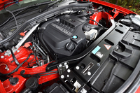 3リッター直6ターボエンジンは306psと40.8kgmを発生する。JC08モード燃費は12.1km/リッター。